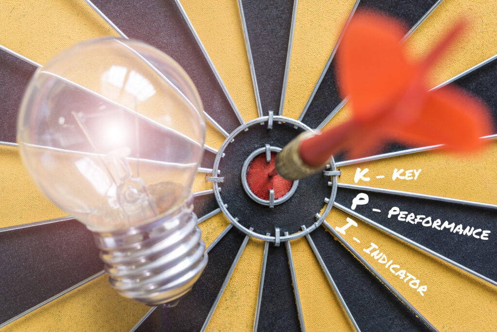 KPI key performance indicator with idea lamp target fonte: freepik